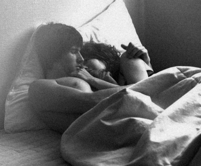 bed-black-and-white-couple-cute-hug-Favim.com-283935